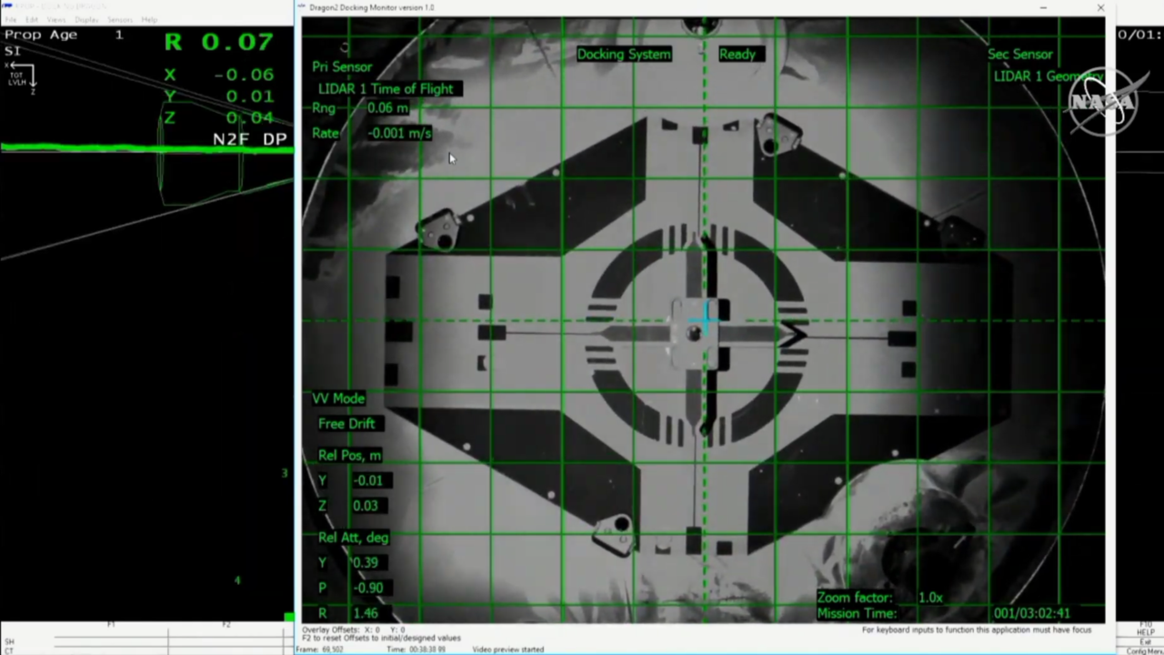 A precíz, első próbálkozásra tökéletes megközelítés végén ekkor ért össze a Crew Dragon rugós karokon lévő dokkológyűrűje az ISS kapcsolódási pontjához.
