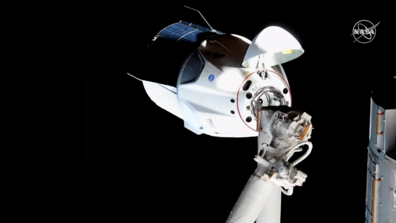 A közvetítést nézve úgy tűnhetett, mintha sokáig mozdulatlanul lebegett volna az űrhajó, de valójában másodpercenként 7365 méteres sebességgel (26 524 km/óra) száguldott a Föld fölött 412 kilométeres magasságban az ISS-sel együtt.