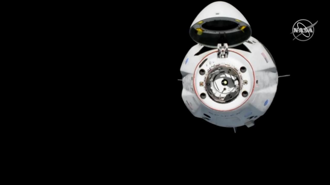 A második közelítő manőver végén már nagyon közel, húsz méterre állt meg a Crew Dragon. Mindezzel az űrhajó manőverezőképességét, irányíthatóságát tesztelték.