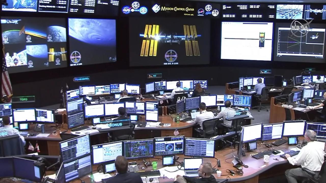 A NASA houstoni és a SpaceX kaliforniai irányítóközpontja egy előre tervezett paranccsal visszább manőverezte az űrhajót, kb. 185 méterre, ahol egy ideig a távolságot tartva együtt repült az űrállomással.