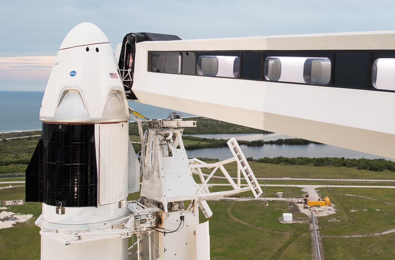 A Crew Dragon és a startállás karja, a folyosó, amin az űrhajósok később, az emberes repülések során beléphetnek az űrhajóba.