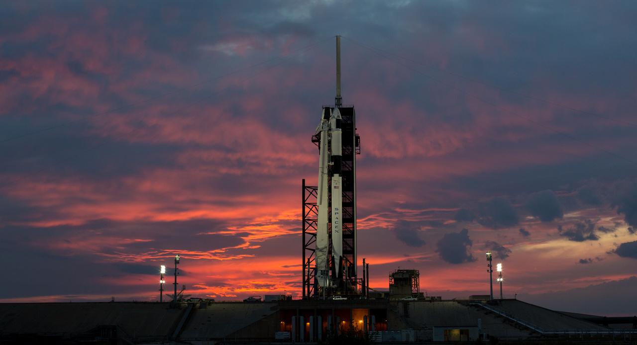 Március 1-én látványos naplemente búcsúztatta a hajnali startra készen álló rakétát.