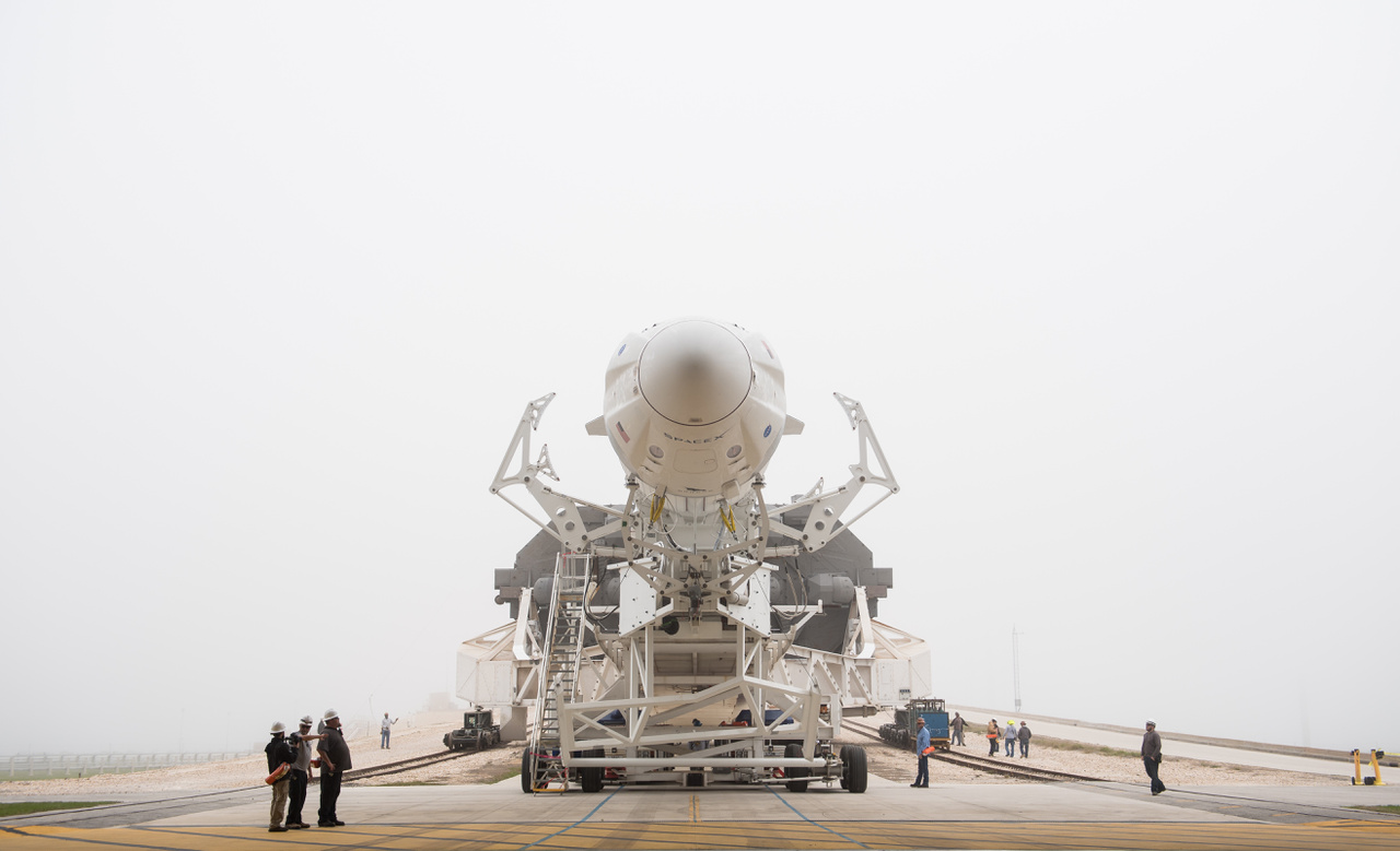 A SpaceX Falcon-9 rakétája február 28-án indult a Kennedy Űrközpont 39A startállására, hogy március 2-án elstartolhasson vele a Crew Dragon, űrhajósok szállítására tervezett új űrhajó.