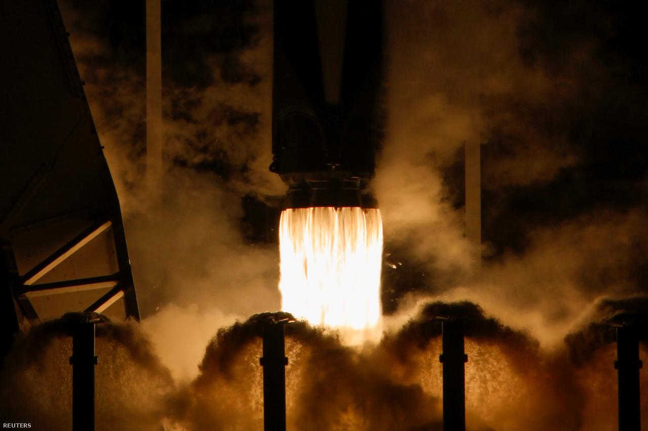 Pazar közelkép a Falcon-9 kilenc Merlin hajtóműve által okádott lángcsóváról, illetve a rakétára potenciálisan káros hanghullámokat csillapító vízsugarakról.