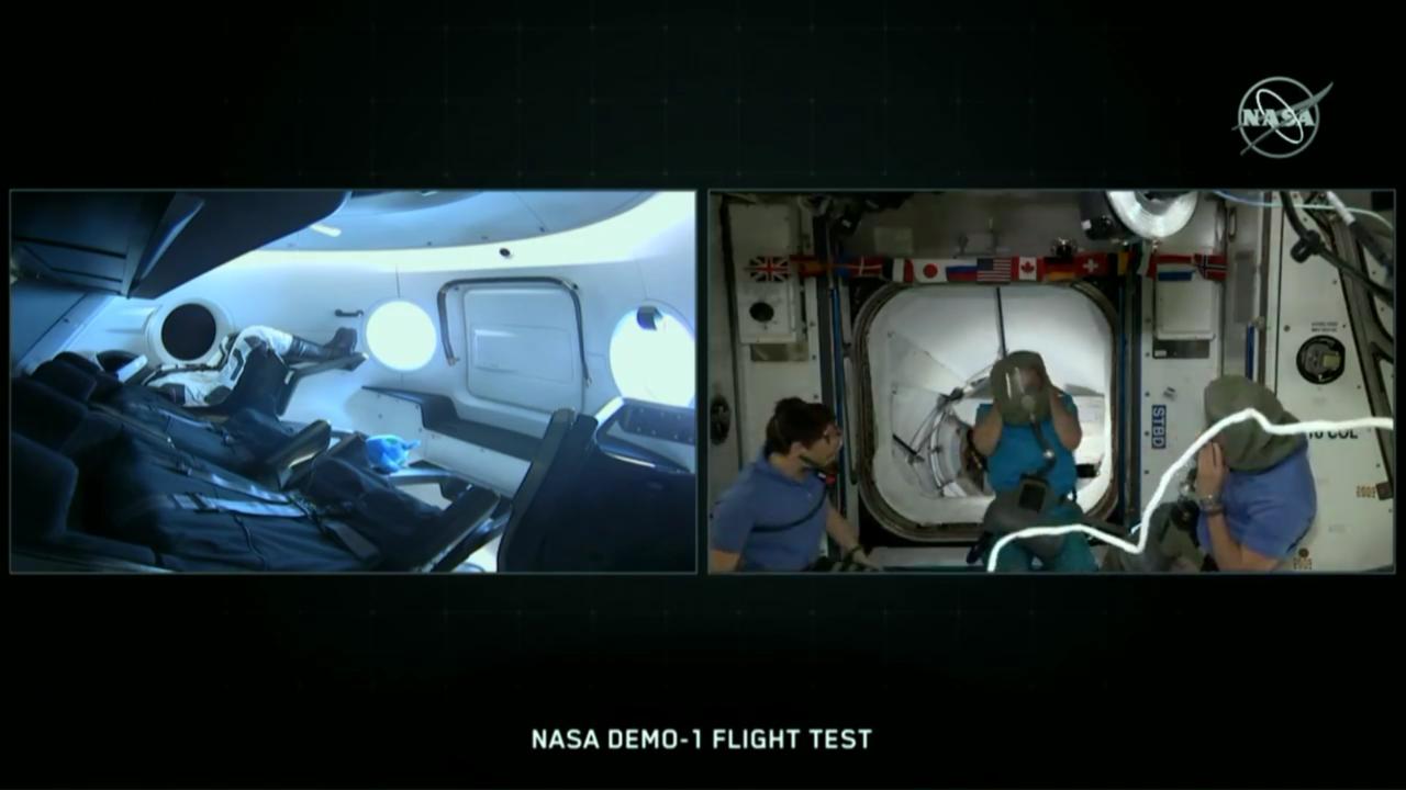Az űrhajósok pár perccel kettő után elkezdtek készülni a belépésre, felvették a légzőmaszkjaikat.