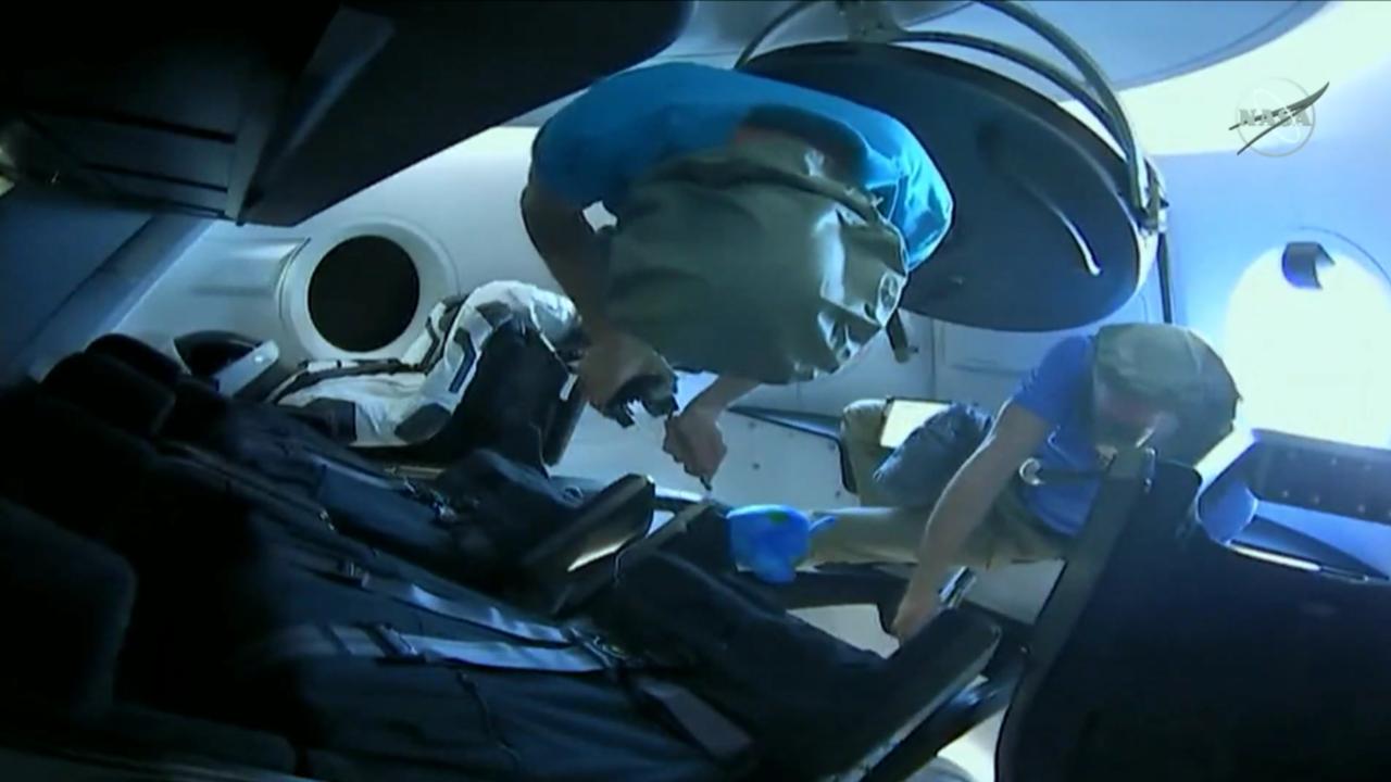 Az űrhajósok 14:06-kor megkapták az engedélyt az ajtó kinyitására, ami után 14:07-kor az ISS legénységének két tagja – Oleg Konyonenko és David Saint-Jacques, orosz és kanadai űrhajósok – kinyitották a Crew Dragon ajtaját és belebegtek az űrhajóba.