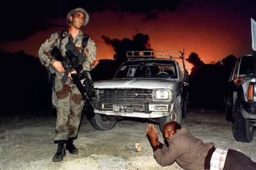Egy szomáliai sofőr és egy amerikai katona 1992 decemberében.