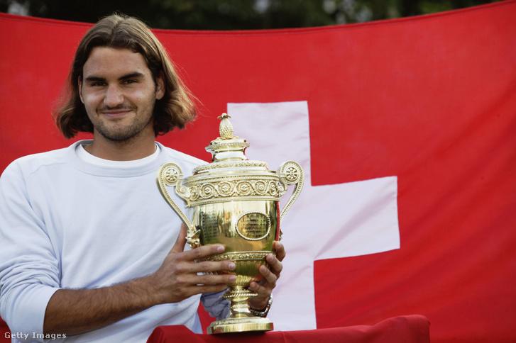 Roger Federer a győzelmi trófeával Wimbledonban 2003. július 6-án