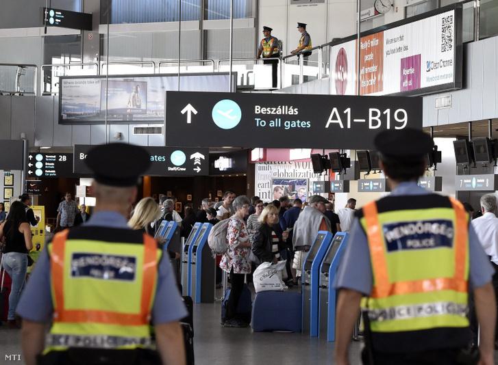 Rendőrök a Liszt Ferenc Nemzetközi Repülőtér utasterminálja