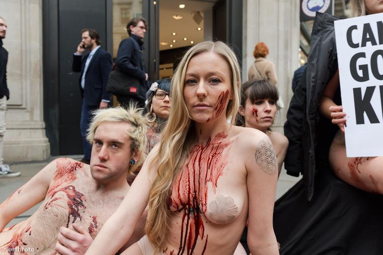 A napokban London belvárosában arra lehettek figyelmesek az emberek, hogy néhány, szinte teljesen meztelenre vetkőzött aktivista fekszik a földön egy üzlet előtt.
