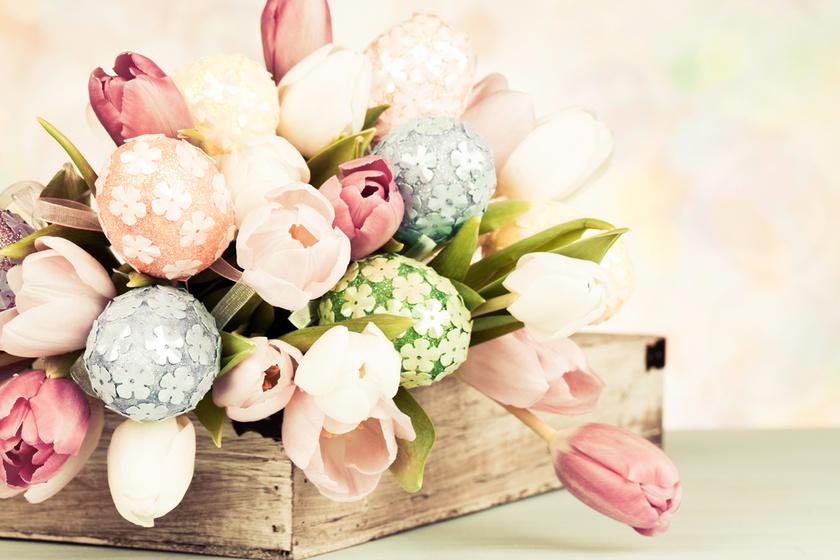 Egy használaton kívüli fadobozt kedved szerint kibélelhetsz káprázatos tulipánokkal és tündéri tojásokkal.