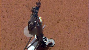 Megkezdte a túrást a Marson az Insight robotvakondja