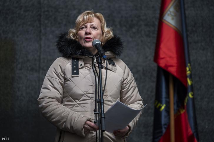 Boros Péterné beszédet mond a munka törvénykönyvének az önkéntes túlmunkaidő bővítéséről szóló módosítása elleni tüntetésen Tatabányán, a Fő téren 2019. január 19-én.
