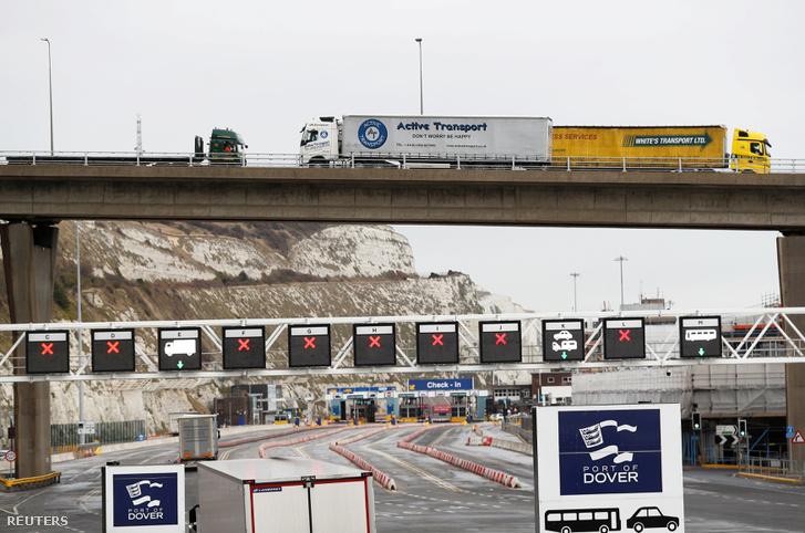 """A teherautók a Dover kikötőjébe érkeznek tesztelvén a """"no-deal"""" Brexit esetén történő áruszállítást 2019. január 7-én"""