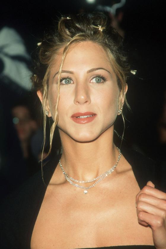 A '90-es években Jennifer Aniston is imádta ezt a frizurát, rengetegszer viselt a vörös szőnyegen is hasonlót.