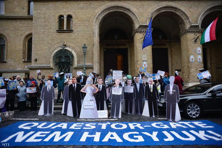 Quaestor-károsultak demonstrációja a Fővárosi Törvényszék épületénél, mielőtt a csalással, sikkasztással és más bűncselekményekkel vádolt Tarsoly Csaba meghallgatásával elkezdődött az ellene és társai ellen indított büntetőügy bizonyítási eljárása 2016. október 13-án.