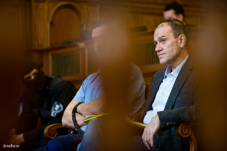 Tarsoly Csaba vádlott a tárgyalóteremben az ellene és társai ellen indított büntetőper tárgyalásán a Fővárosi Törvényszéken 2016. október 13-án