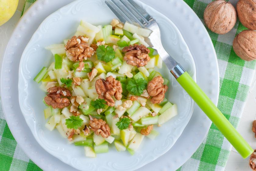 A friss és üde, almás zellersalátát a dió teszi táplálóvá, tökéletes fogyókúrás vacsora.