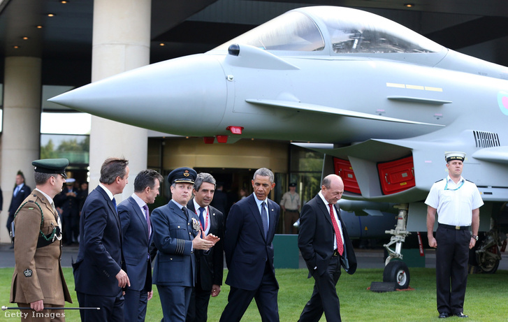 A 2014-es walesi NATO-csúcstalálkozón Barack Obama, David Cameron, Traian Basesku, Anders Fogh Rasmussen érkezik a találkozót kísérő légi bemutatóra