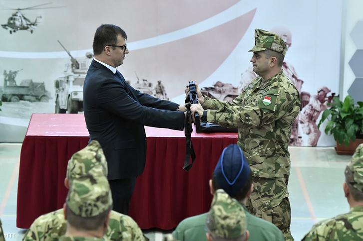 Kránicz Roland az HM Arzenál Zrt. vezérigazgatója jelképesen átadja a honvédség új fegyvereit Böröndi Gábornak a Honvéd Vezérkar főnökhelyettesének a Petőfi laktanyában 2018. december 11-én