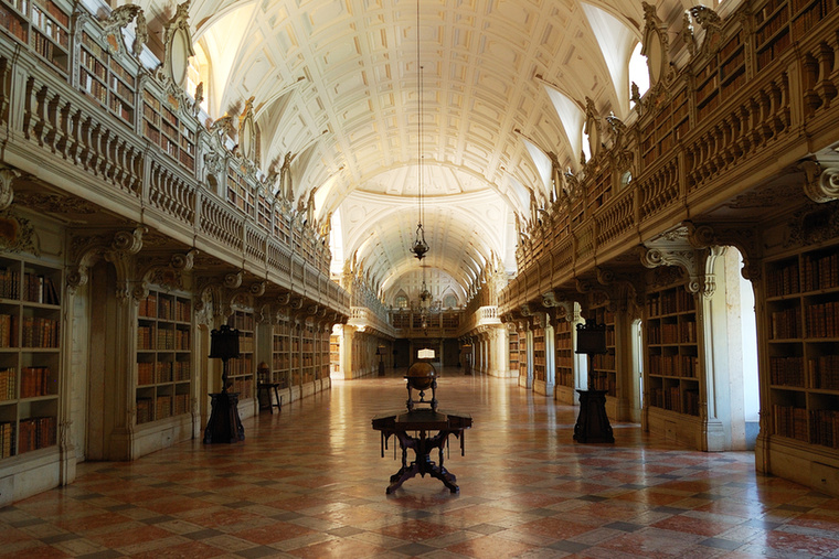 Biblioteca do Convento de Mafra PortugáliábanA mafrai könyvtár nyolcvannyolc méter hosszú, könyvespolcain pedig több mint harminchatezer bőrborítású kötet sorakozik