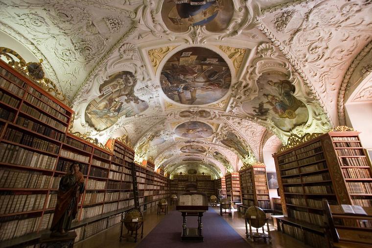 Strahovská Knihovna CsehországbanA prágai Strahovská Knihovna két hatalmas barokk teremmel büszkélkedhet, amit a látogatók sajnos nem csodálhatnak meg, ugyanis a páratartalom mértékének ingadozása miatt a festményei károsodhatnak