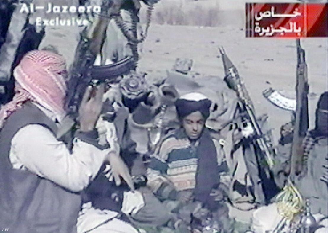 Az Al-Jazeera 2001. november 7-én kiadott felvételén Hamza a tálib vezért, Omár mollát dicsőítő verset szaval. Bin Laden fia három testvérével együtt, tálib és afgán arab harcosok kíséretében Afganisztán Ghazni tartományában