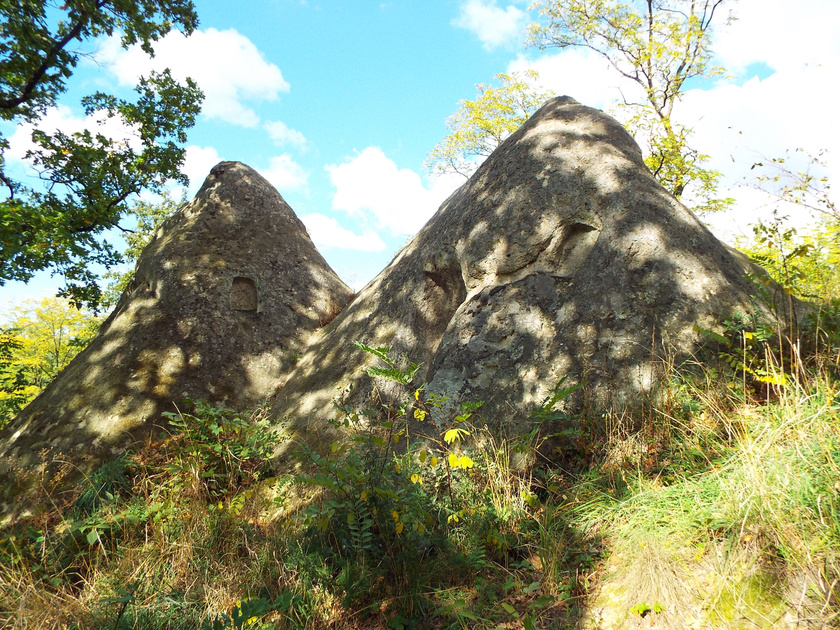 A sziklákat eredetileg Szomolyán kezdték kaptárköveknek nevezni. Az Egertől délkeletre fekvő területen több fülkés kúp és szikla is áll.
