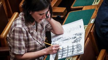 Szél Bernadett rácsot rajzolt Rogán Antalra a parlamentben