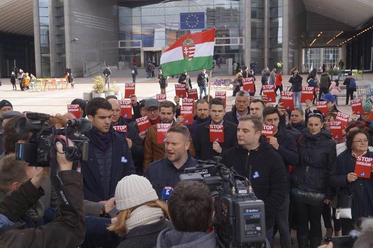 MSZP-sajtótájékoztató Brüsszelben, az Európai Parlament előtt