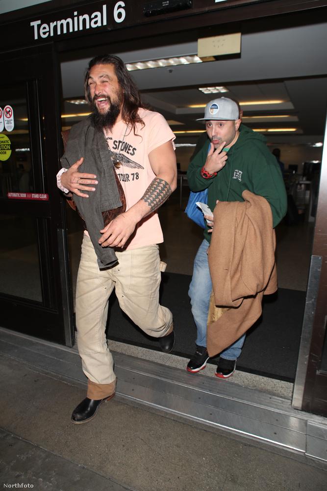 De most, a Los Angeles-i reptérre megérkezve csak az előbbi tulajdonságait villantotta meg, amikor egy fotós lekapta.
