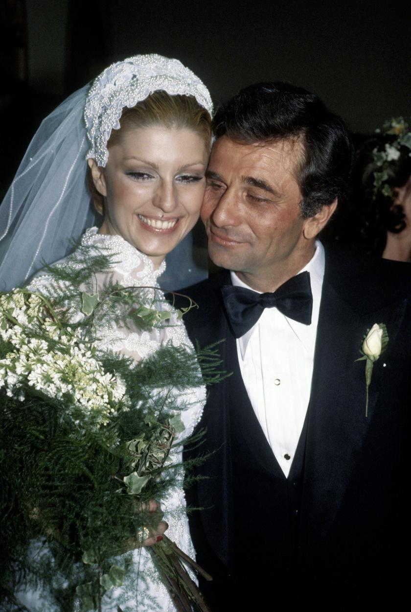 Peter Falk 1977-ben vette feleségül gyönyörű kedvesét, Shera Danese színésznőt.