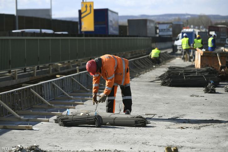 Munkások az M0-s autóút átépítés alatt álló szakaszán, a csepeli hídon 2019. március 5-én.
