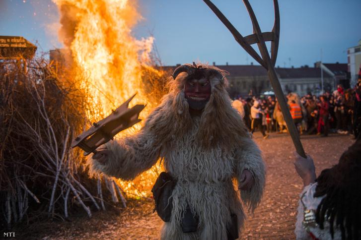 Busó a hagyományos húshagyókeddi máglyagyújtáson a mohácsi busójárás utolsó napján, március 5-én.