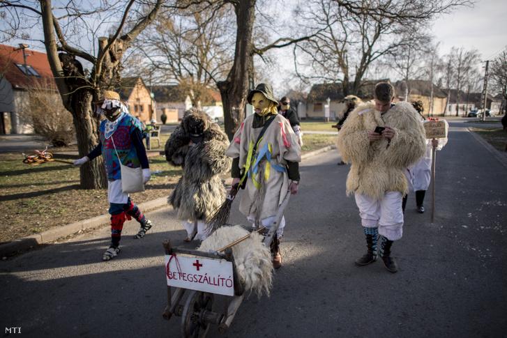 Jankelék és busók a mohácsi busójárás ötödik napján, március 4-én. A jankelék busókhoz hasonló jelmezes figurák feladatuk hogy távol tartsák az utcán sétálókat a busóktól fõleg a gyerekeket.