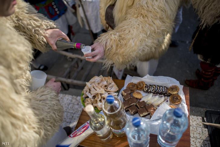 Házaló busó bort tölt a mohácsi busójárás ötödik napján, március 4-én.