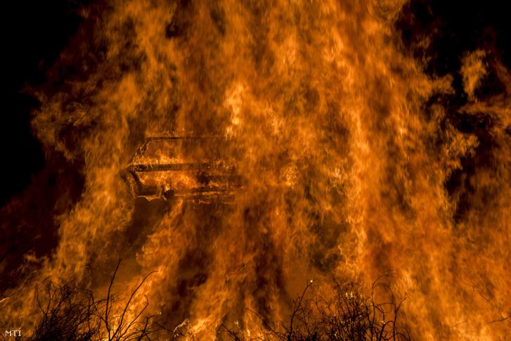 És a vége: máglyán ég a telet szimbolizáló koporsó a busójárás utolsó napján, húshagyókedden, március 5-én