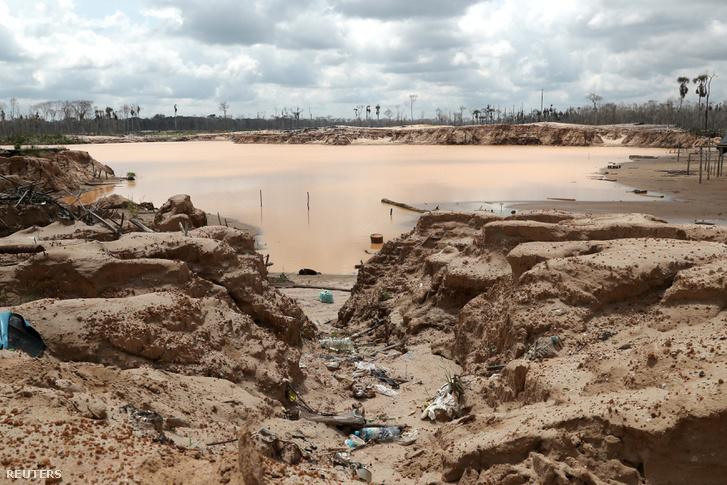 Éppen felszámolt illegális aranybánya Peruban