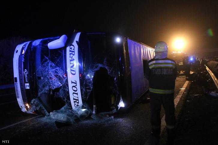 Oldalára borult összetört autóbusz 2016. december 18-án kora hajnalban az M3-as autópályán a Miskolc felé vezető oldalon a Mezőkeresztes és Mezőkövesd közötti részen.