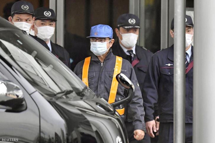 Carlos Goshn (középen) elhagyja a tokiói fogházat 2019. március 6-án