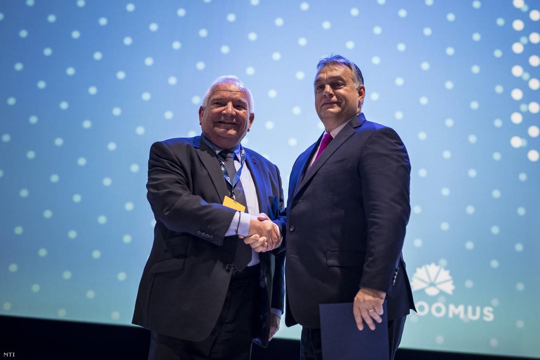 A Miniszterelnöki Sajtóiroda által közreadott képen Orbán Viktor miniszterelnök (j) és Joseph Daul, az Európai Néppárt elnöke kezet fog az Európai Néppárt kongresszusának második napján Helsinkiben 2018. november 8-án.