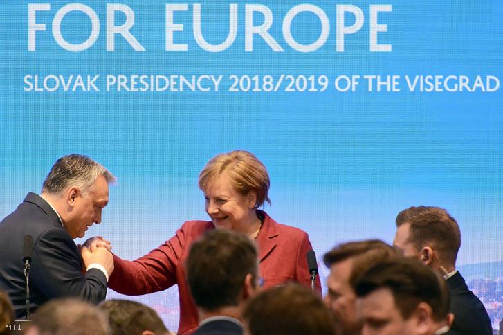 Orbán Viktor miniszterelnök és Angela Merkel német kancellár a visegrádi országok, a V4 és Németország pozsonyi csúcstalálkozója után tartott sajtótájékoztató végén, 2019. február 7-én.