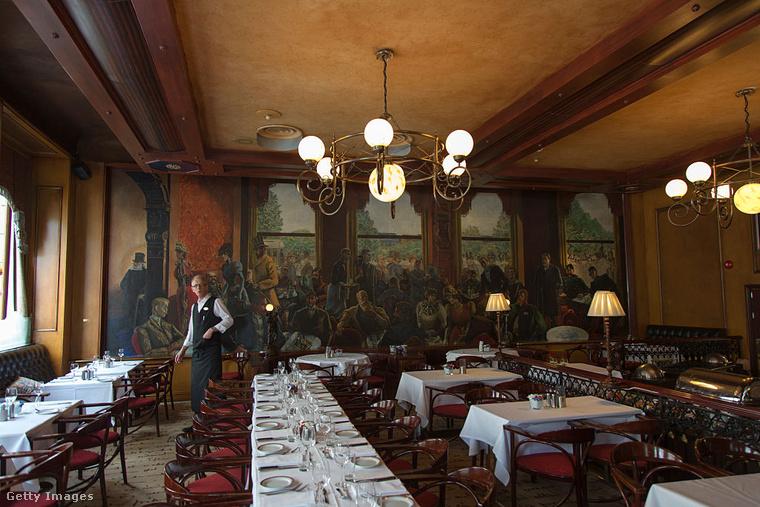 Oslo Garnd Café kávéháza Henrik Ibsen kedvelt helye volt, aki naponta akár kétszer is betért ide, hogy az ablak melletti kedvenc asztalánál üldögéljen