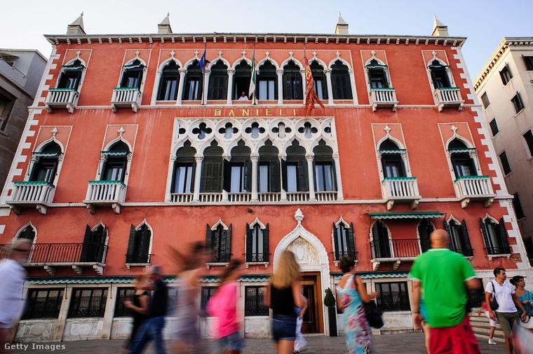 A szintén Velencében található Hotel Danieli George Sand, francia írónő és szeretője, a költő Alfred de Musset viharos kapcsolatának helyszínévé vált, amikor 1834-ben megszálltak a 10-es számú szobájában