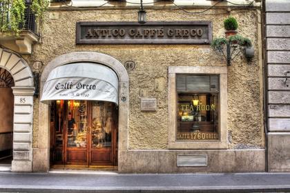 A Rómában található, 1760-ban nyílt Antico Café Greco a vörös-arany damaszt, a festmények, a tükrök és a márványlapú asztalok pompájával várja a vendégeit