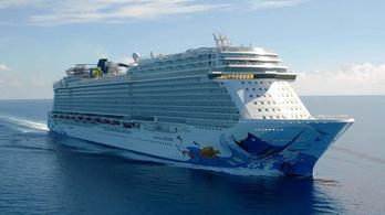 Több ezer emberrel a fedélzetén váratlanul futott brutális viharba egy luxushajó