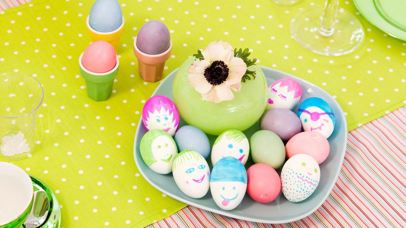 Tojásfestés gyerekkel: így lesz az egyszerű tojásból vicces vagy cuki locsolóajándék