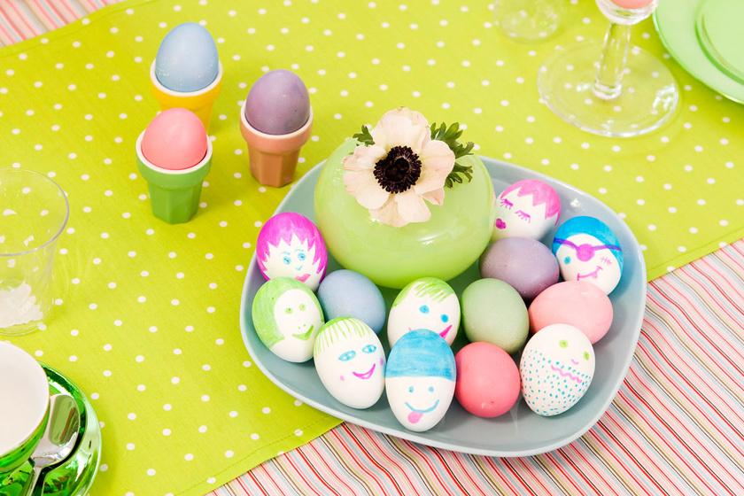 Nyugodtan rugaszkodjatok el a valóságtól, és fessetek arcokat a tojásokra. Ez egyrészt remek móka, másrészt a csemete kiélheti művészi hajlamait.