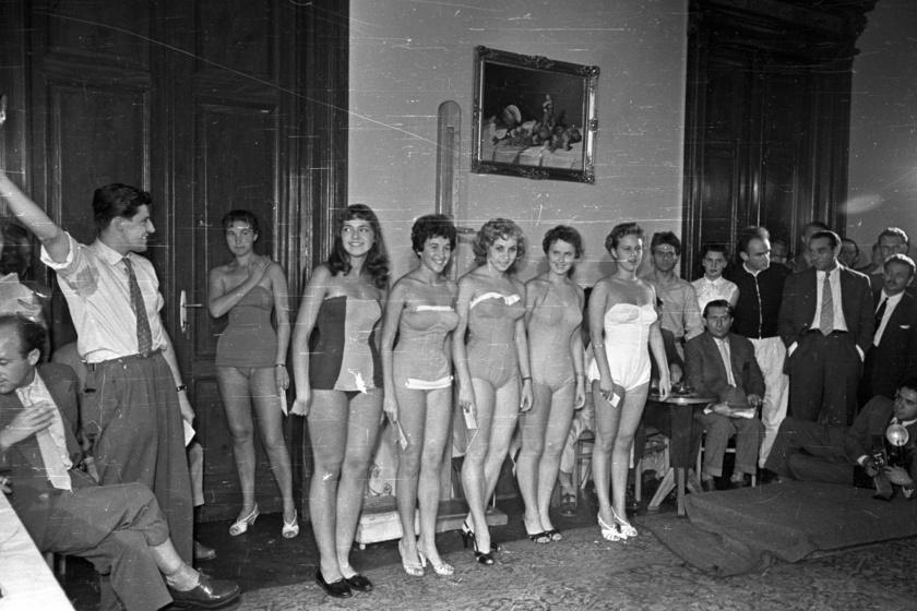 A felszabadult hangulatban sorakozó modellekkel nem szelfi készül: a vakut tartja a bal oldali úriember. A fotó 1956-ban készült.