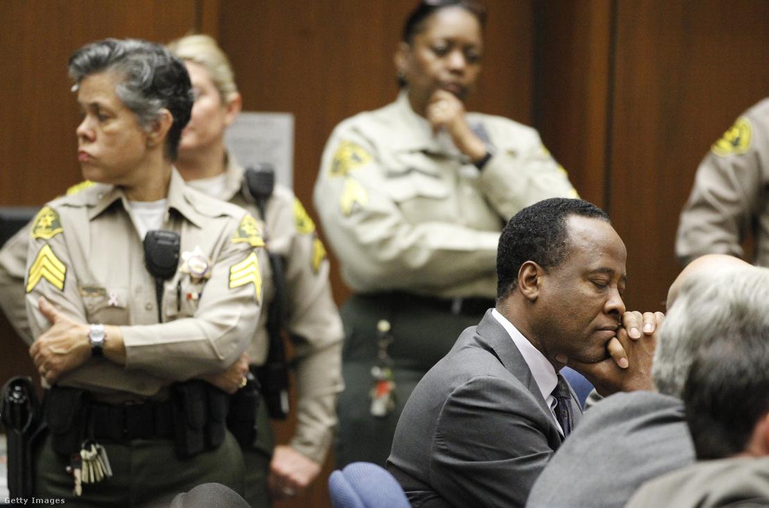 Dr. Conrad Murray (jobb oldalt) is szerepel a CRCA legjobb kardiológusai között. A kép Michael Jackson ellen elkövetett emberölés ítélethirdetésekor készült, 2011. november 29-én Los Angelesben.